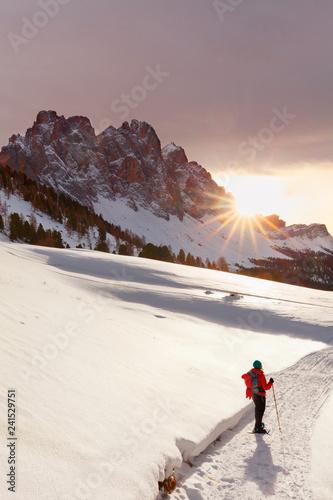 Model im Schnee, Geisler im Sonnenuntergang, Abstieg vom Zendleser Kofel (Col di Poma), Funes, Tolle Frau im Schnee, Spass am Wandern im Winter, aktiv Winterwandern auf Schneeschuhen in den Dolomiten