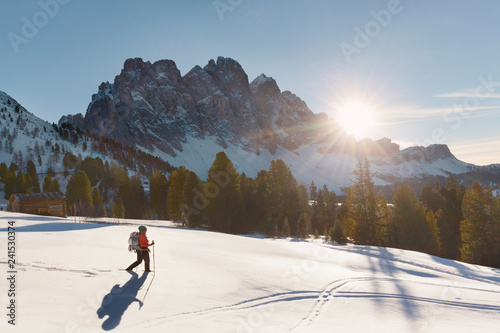 Geisler im Sonnenuntergang, Abstieg vom Zendleser Kofel (Col di Poma), Funes, Tolle Frau im Bild, Spass am Wandern im Winter, aktiv Winterwandern im Schnee in den Dolomiten