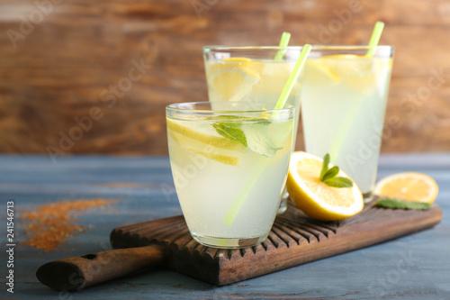 Fotografía Glasses of fresh lemonade on wooden table