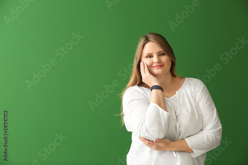 Photo Beautiful plus size girl on color background