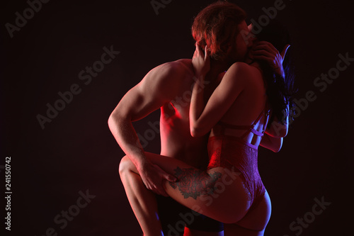 Photo  Passionate young couple on dark background