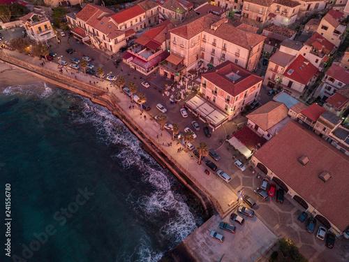 Zdjęcie XXL Widok z lotu ptaka Pizzo Calabro, jetty, kasztel, Calabria, turystyka Włochy. Panoramiczny widok na miasto Pizzo Calabro widziane z morza. Domy na skale. zachód słońca