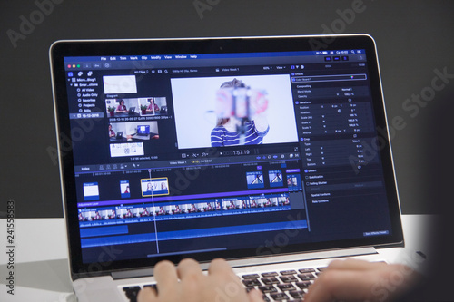 Fotografia  Video editing with laptop