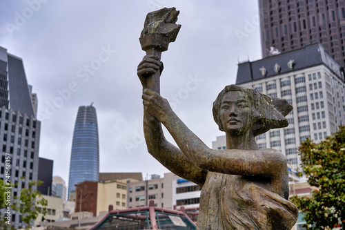 Poster Historisch mon. SAN FRANCISCO, CALIFORNIA, USA - MAY 14, 2018 - City statue of a woman with a torch