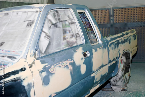 Fotografía  Car body work after the accident by preparing before painting.