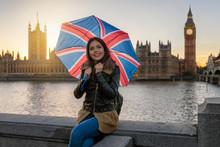 Touristin Mit Union Jack Regenschirm Souvenir Auf London Städtetrip Vor Dem Big Ben Am Westminster Palast Bei Sonnenuntergang