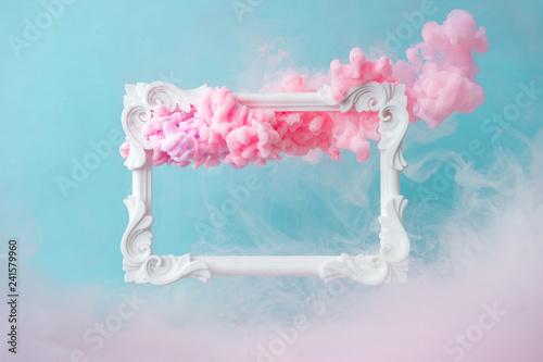 Biała rama vintage na pastelowe niebieskie tło z abstrakcyjnych kształtów różowe chmury. Minimalny skład granicy.