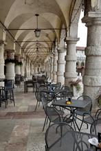 Portico Con Tavolini Bar