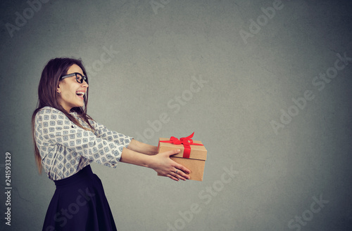 Photo  Cheerful woman giving Xmas present