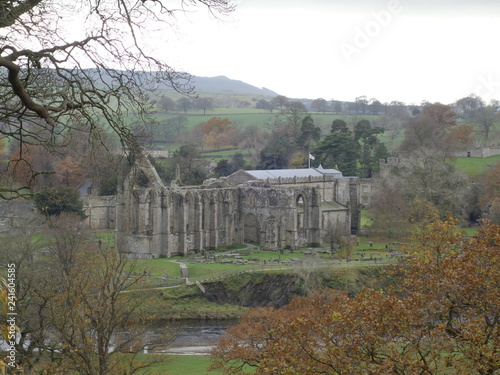 Photo A vie of Bolton Abbey in Cheshire england