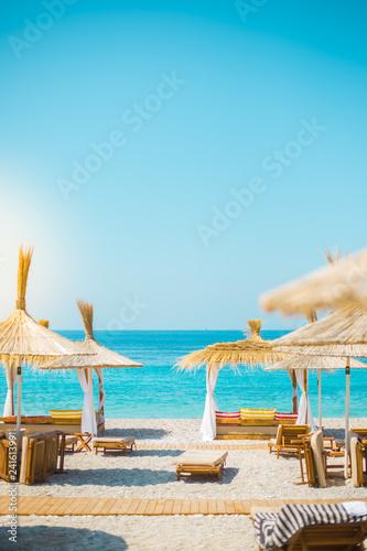 Photo Sunshade umbrellas and deckchairs on the beautiful beach in Himara, Albania