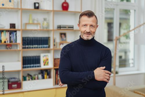 Man in living room, half-length portrait Fototapet