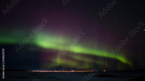 Kolorowe zorza polarna nad zimą krajobraz saskatchewan prerii w nocy