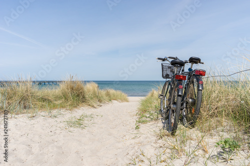 Foto op Plexiglas Fiets Fahrradtour am Meer