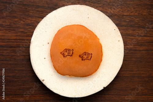 Foto op Plexiglas 2匹のイノシシの焼き印がかわいい、ほんのりキツネ色のどら焼き