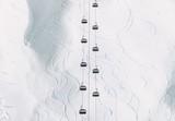 Zimowy krajobraz minimalny styl Kolejka linowa Kabiny i zaśnieżony widok na góry geometryczna symetria tło prosta konstrukcja linie i krzywe wakacje w ośrodku narciarskim - 241700594