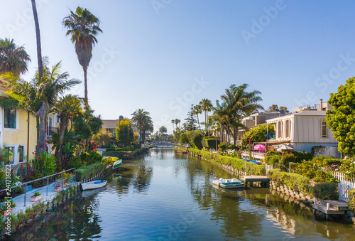 Foto  old canals of Venice, build by Abbot Kinney in California, beautiful living area with boats and residential houses