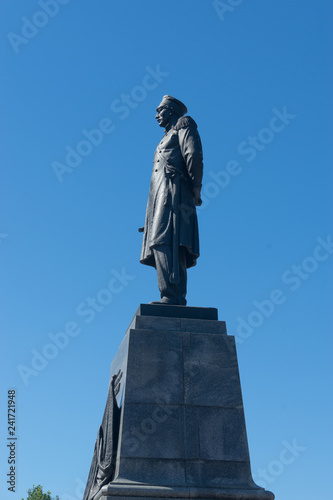 Fotografia  Nakhimov monument in the Central square of the city against the blue sky