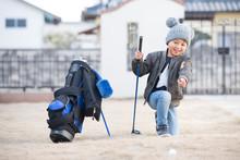 ゴルフをする子供