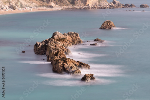 Photo  Long exposure of a shelf of rocks at Durdle Door in Dorset