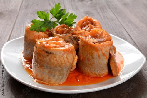 marynowane filety śledziowe z sosem pomidorowym i cebulą
