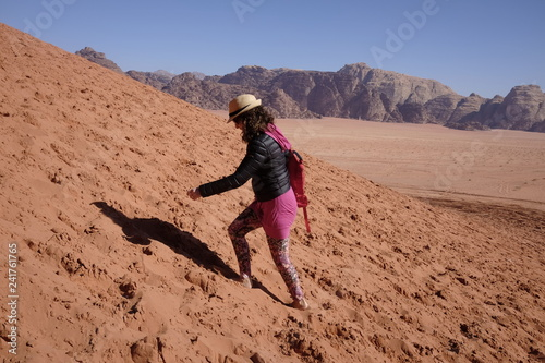 Photo  tourist on the dune at wadi rum