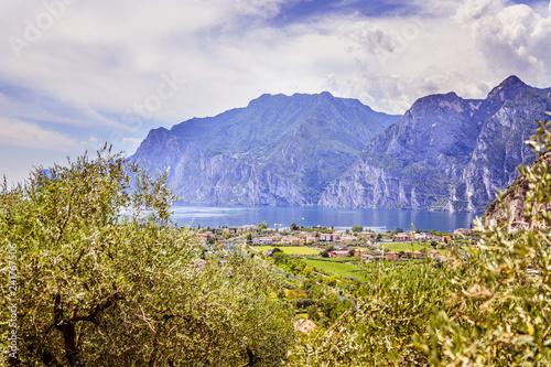 Fototapeta premium Idylliczny krajobraz Włochy, Lago di Garda: Góry, mała wioska i jezioro