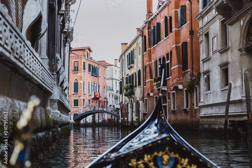 Türaufkleber Gondeln Traditional gondola on narrow canal in Venice, Italy