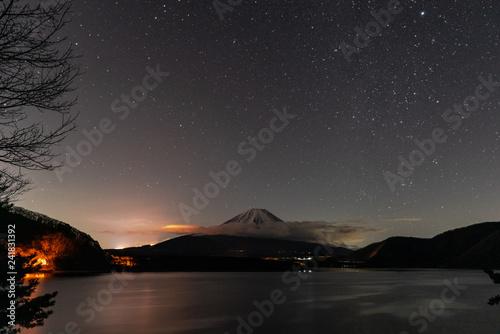 Платно 湖の向こうに見える夜の富士山
