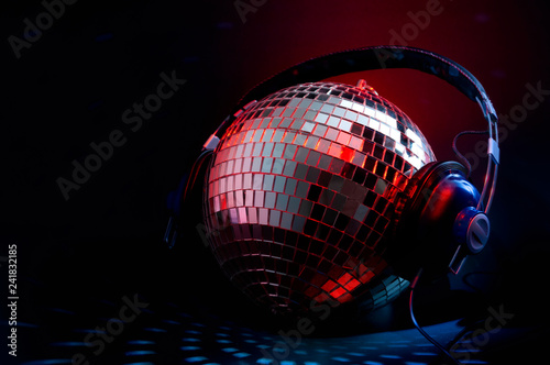 Carta da parati Nightclub music and nightlife concept with a disco ball cover in mirror wearing