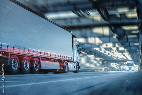 LKW fährt in einem Tunnel