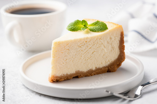 Fotografia Tasty Plain New York Cheesecake Decorated With Mint Leaf