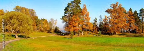 Montage in der Fensternische Honig panorama of Monrepos Park in Vyborg in the Indian summer.