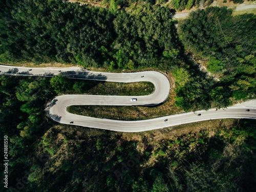 antena-nad-widok-wiejski-gorski-krajobraz-z-kreta-droga-w-wlochy