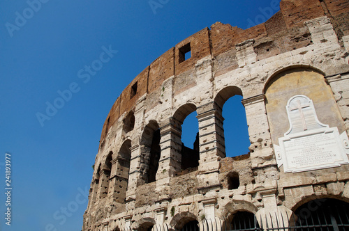 Foto  photo of part of the Colosseum, Rome, Italy, summer