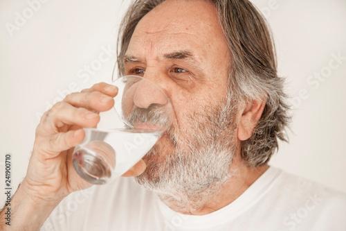 Fotografía  Portrait elderly man drinking water