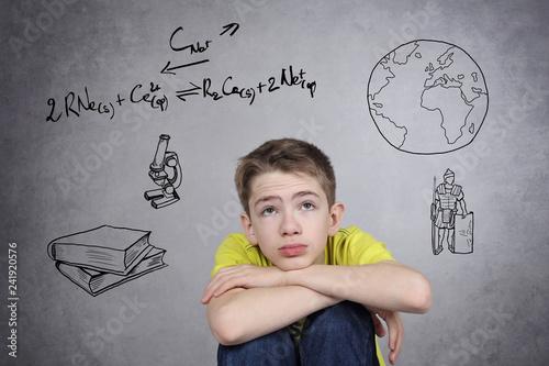 Foto  enfant garçon jeune découragé par ses études