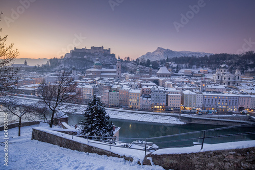 Tuinposter Centraal Europa Historic city of Salzburg at sunrise in winter, Austria
