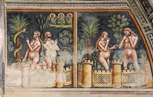 tentazione di Eva e peccato originale; affresco nella Basilica di Santa Caterina Fototapeta