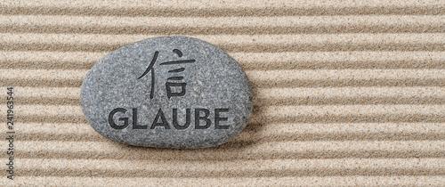 Fotografiet  Stein mit der Aufschrift Glaube
