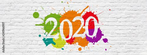 2020 sur mur de briques blanches