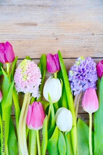Frühling Blumenstrauß auf Holz - Frühlingsblumen - Frohe Ostern Blumengrüße