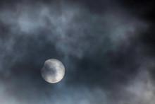 部分日食、2019年1月6日11時頃の曇り空の間からきれいに欠けているのを見ることができました。