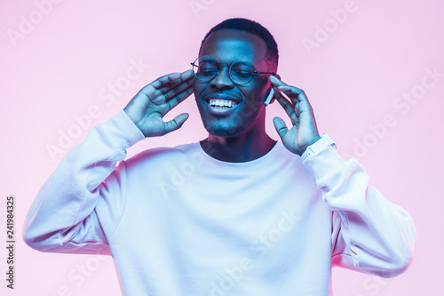 Foto  Young handsome african american man, wireless headphones and listening to his fa