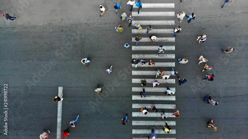 Fotografia Aerial. Pedestrian crossing crosswalk and crowd of peolple.