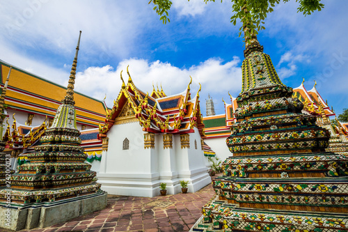 Foto  Pagoda buddha temple at Wat pho one of attraction sightseeing in morning with bl