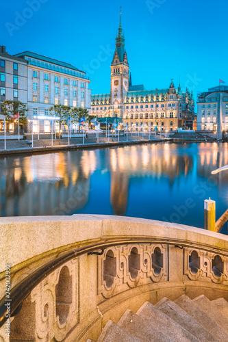 Tuinposter Centraal Europa Hamburg city hall with Binnenalster at twilight, Germany