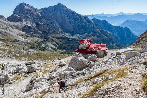 Papel de parede Tourist with hiking backpacks in mountain hike on summer day