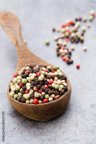 Keuken foto achterwand Aromatische Peppercorn mix in a wooden bowl on grey table.