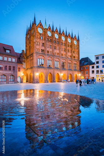 In de dag Centraal Europa Historic town of Stralsund at twilight, Mecklenburg-Vorpommern, Germany